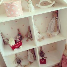 Darling Maileg bunnies and accessories in a simple dollshouse #lillansrum #hushylla #bunnyinabow