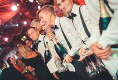 Silvester, rauschende Bälle oder einfach nur festliche Momente zu Zweit: Champagner hat Hochsaison und gilt als das eleganteste Trinkvergnügen. Doch auch in der Königsdisziplin des Trinkgenusses gilt es, einige Regeln zu beachten!
