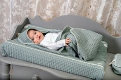 The changing mat cover cannot be missed in the basic items when you are expecting a baby. Little Babies, Baby Kids, Changing Mat, Expecting Baby, Baby On The Way, Baby Patterns, Baby Gear, Bassinet, Baby Room