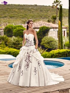 Hellebre, collection de robes de mariée - Point Mariage http://www.pointmariage.com