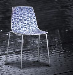 The unique style and harmony of the geometric texture that draws surfaces, makes Alhambra a chair with a stron.