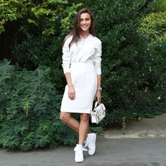 Pin for Later: The Best of Paris Fashion Week Street Style (Updated!) PFW Street Style Day 3 All-white with a sporty touch. White Business Dress, Business Dresses, Sneaker Outfits, Sneakers Fashion Outfits, Sport Chic, Chemise Fashion, Skirt And Sneakers, White Sneakers, Frack