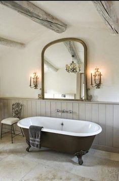Roll top bath We found interesting country bathroom designs for you. The one that live in the country and the one that have a house in the country, these designs are Modern Country Bathrooms, Rustic Bathrooms, Modern Bathroom, Chic Bathrooms, Cottage Bathrooms, Bad Inspiration, Bathroom Inspiration, Roll Top Bath, Family Bathroom