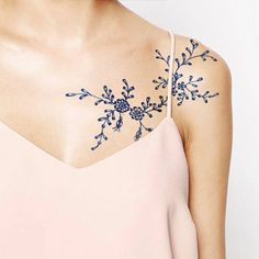 Tatouage épaule délicat
