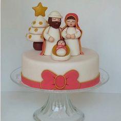 Questo semplice tutorial di cake design spiega come si fa un presepe Thun in pasta di zucchero per decorare un panettone o una torta di Natale.