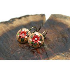 Brincos castanhos, folhas verde, flor vermelha