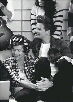 This Picture is so sad !!!! Not only because the boys are so little here but.... I will never be able to pull off a flower headband better than Harry