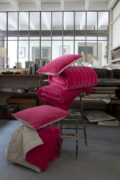 Vivaraise pink pillows and blanket from Le Patio Pink Pillows, Home Textile, Sweet Home, Blanket, Chair, Furniture, Textiles, Colour, Home Decor