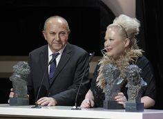 Sylvie Imbert y Fermín Galán reciben el Goya al mejor maquillaje y peluquería, por su trabajo en 'Blancanieves'. BALLESTEROS | EFE