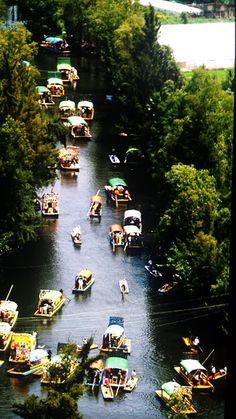 Amig@s les presento otra hermosa y refrescante y pintoresca vista de #XOCHIMILCO que en nahuat significa campo de flores sus coloridas y floriadas trajineras son uno de los rasgos distintivos de este popular e importante lugar de la cultura Mexicana. En 1987 fue declarado patrimonio Cultural de la humanidad por la Unesco. Xochimilco es un lindo lugar del amor y esta listo para recibirte y llevarte a un delicioso recorrido Tour By Mexico - Google+