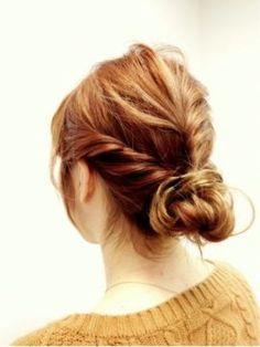 ざっくり編んだ髪をまとめて。ラフな雰囲気が可愛いですね。