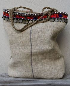 linen bag with tribal details - KussenvanPaula Estilo Hippie, Hippie Chic, Sacs Tote Bags, Reusable Tote Bags, My Bags, Purses And Bags, Diy Sac, Ethnic Bag, Boho Bags