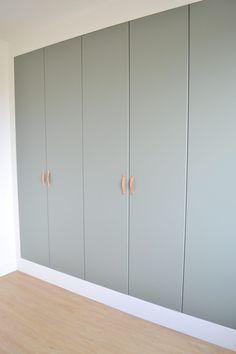 In deze blog voorbeelden van inbouwkasten met kasten van Ikea. De kasten zijn ingebouwd met PAX kasten. Meer weten? Bekijk de blog. Inbouwkast met kasten van Ikea - NIEUW HUIS. INFO #inbouwkast #kasten Living Room Tv Cabinet, Ikea Living Room, Living Rooms, Bedroom Built In Wardrobe, Wardrobe Design, Pax Wardrobe, Ikea Bedroom Design, Bedroom Decor, Flur Design