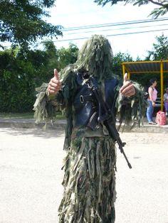 Soldado camuflado del Ejercito de Colombia que cuida los caminos.