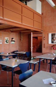 Tische (Design Johanenlies), die passend lackierten Arne Jacobsen-Stühle (Serie 7) stammen von Julias Eltern