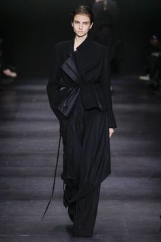 Ann Demeulemeester Autumn/Winter 2014 Ready-To-Wear Collection | British Vogue