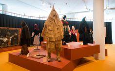 Vestimenta tradicional galega, coa coroza de xuncos en primeiro plano.  Foto: Manuel G. Vicente.