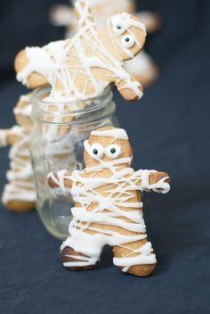 Biscuits momies - Halloween - Marine is Cooking Cookie Halloween, Biscuits Halloween, Halloween Treats For Kids, Halloween Dinner, Halloween Desserts, Halloween Cupcakes, Halloween Birthday, Halloween Themes, Fall Halloween