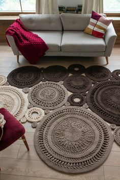 Textual Description on English plus video (on Russian). You can crochet a rug of any size and configuration! Textual Description on English plus video Mandala Rug, Doily Rug, Crochet Mat, Crochet Rug Patterns, Free Crochet, Small Round Rugs, Rag Rug Tutorial, How To Make Drawing, Home Decor Colors