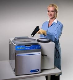 The all-in-one CentriVap Complete Vacuum Concentrator houses every component you need to begin processing multiple samples; vacuum concentrator, -50°C cold trap, diaphragm pump, rotor and CentriZap strobe light.