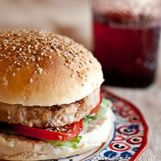 Chicken burger with fresh ginger and onion, and homemade bread with sesame (in Spanish)