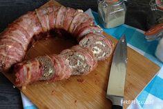 Dieses raffinierte Rezept wird die begeistern: Bacon-Hack-Rolle mit Schafskäse gefüllt aus dem Omnia-Backofen. Lass dich verzaubern von 4 Reifen 1 Klo