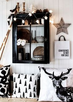 See how the color black actually looks chic for Christmas. These black Christmas decor and tree ideas will have you rethinking a red and green holiday. Black Christmas, Nordic Christmas, Noel Christmas, Winter Christmas, All Things Christmas, Modern Christmas, Cabin Christmas, Xmas, Looks Country