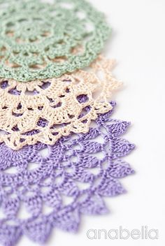 Classy Crochet Patterns: Shabby-chic crochet doily by Anabelia Crochet Cross, Crochet Home, Thread Crochet, Filet Crochet, Lace Knitting, Crochet Motif, Crochet Yarn, Doily Patterns, Crochet Patterns