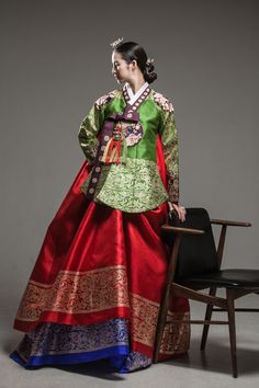 korean queen in royal hanbok Korean Traditional Clothes, Traditional Fashion, Traditional Dresses, Korea Fashion, Ethnic Fashion, Asian Fashion, Korean Dress, Korean Outfits, Modern Hanbok