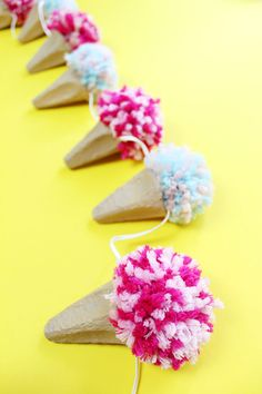 Make DIY ice cream cone garland from egg cartons and pompoms- DIY Eistüten-Girlande aus Eierkartons und Pompoms basteln Make DIY ice cream cone garland from egg cartons and pompoms - Diy Crafts To Do, Diy Projects To Try, Upcycled Crafts, Art Projects, Pom Poms, Diy For Kids, Crafts For Kids, Diy Ice Cream, Diy Y Manualidades