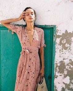 Im Glanz des Salina-Blumenkleides aalen ✨ Foto via - Mode Kleider Modelle Look Fashion, Fashion Outfits, Womens Fashion, Feminine Fashion, Korean Fashion, Looks Street Style, Summer Outfits, Summer Dresses, Mode Inspiration
