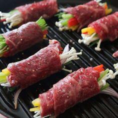 식탁 위에 올리면 단연 돋보이는 정갈한 메뉴, 쇠고기편채예요. 부드러운 쇠고기와 아삭한 야채를 함께 즐길 수 있어 맛과 영양을 모두 담았답니다. 요리 과정이 어렵지 않아 특별한 날에... K Food, Food Hub, Meat Food, Cooking Tips, Cooking Recipes, Meat Markets, Bulgogi, Aesthetic Food, Korean Food