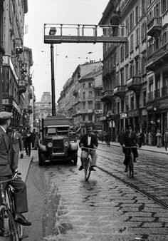 Anni trenta, via Mazzini, sullo sfondo piazza Missori.  Il camion AEM con trabattello pneumatico sta effettuando manutenzioni elettriche.