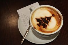 A cup 'o' Christmas | The 40 Most Amazing Examples Of Coffee Foam Art