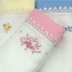 Fraldas de pano para enxoval de bebê floral (com bordados de flores). Peças da loja virtual Xique Xique Brasil. Clique na foto para saber mais!