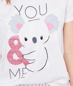 You and me… and a koala! Quoi de plus doux?   • Top de pyjama  • Col rond  • Manches courtes  • Application koala  • Le mannequin mesure 176cm et porte une taille S/36