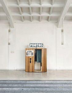 Fotoautomat France restaure et fait vivre les tout derniers photomatons argentiques d'époque en France et en Tchéquie. Ils sont disponibles en résidence ou en location. Paris - Prague