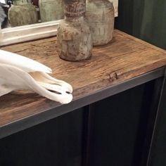 Mooie sidetable van oud hout.