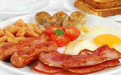 British Connections - Full English Breakfast, where to find a full english breakfast in Andalucia and on the Costa del Sol Breakfast Omelette, Bons Plans, Cravings, Bacon, Brunch, Good Food, Food And Drink, Tasty, Cooking