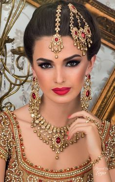 Beautiful South Asian bride wearing maang tikka, jhoomar and matching earrings and a necklace. Indian Bridal Makeup, Asian Bridal, Bridal Beauty, Head Jewelry, Wedding Jewelry, Moda Indiana, Beauté Blonde, Beauty And Fashion, Exotic Beauties