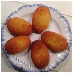 Merci à Anicette pour cette recette de madeleines très moelleuses. - 2 œufs - 10 g miel - 90 g de farine - 90 de beurre fondu - 10 g de cassonade - 75 g de sucre - ½ cc de levure chimique - 1 pincée de sel Mélanger le sucre, la cassonade, le sel, les...