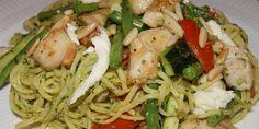Delikat hverdagsmad med pasta, kylling og pesto. Looket er fint, farverigt og pastaretten heldigvis legende let og lige til at give sig i kast med.