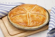 Esta deliciosa receta de pastel de jamón y pollo, con base de hojaldre, te hará triunfar en las ocasiones en las que quieras deslumbrar.