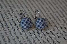 Com um tecido salpicado de pequeninas flores azuis, foram forrados estes brincos que ficarão certamente soberbos numa toalete em tons de azul. :)