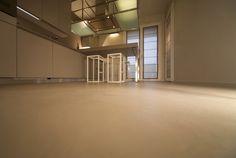 Spatolato fine, un classico tra gli effetti della resina, ottimo per pavimenti e pareti dove sia richiesto un effetto lavorato ma discreto. Le sue nuance delicate quasi impercettibili impreziosiscono le superfici. Il pavimento in resina, colore 35, effetto spatolato fine è abbinato allo smalto delle pareti. White Selection è la prima collezione Maf dedicata al colore della pura eleganza, 15 colori esclusivi messi a punto nel Maf Color Lab secondo le tendenze del momento.