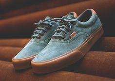 The Vans Era 59 makes yet another appearance on store shelves, bringing with it a pristine mix of solid gum brown outsoles and supple suede uppers. Textured heel tabs and matching Vans flaps on the upper accent the shoe, while … Continue reading →