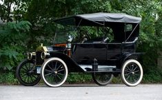 1914 Ford Model T Touring. I choose this pic because it shows how the poor people's cars are compared to the rich.
