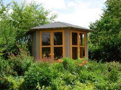 Dunkle Gartenschuppen waren gestern: Mit großen Fensterfronten und innovativen Formen können luftige und helle Gartenhäuser realisiert werden.