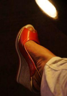 kırmızı ve ayakkabı