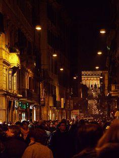Via del Corso, jouluaikaan katu tulvi ihmisiä.